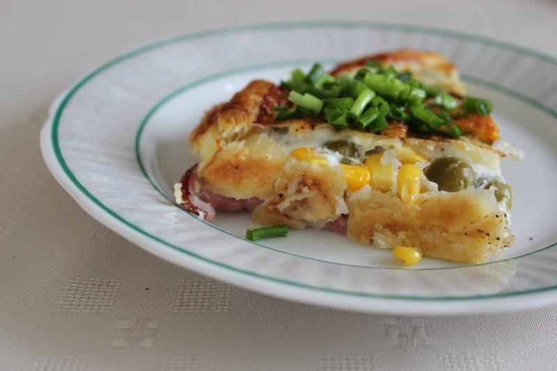 Tarta na cieście francuskim, z groszkiem, kukurydzą i jajkiem