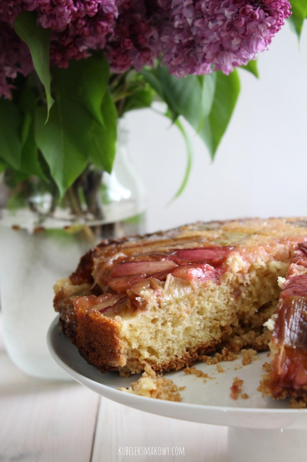 odwracane ciasto ucierane z rabarbarem i kruszonką - przepis