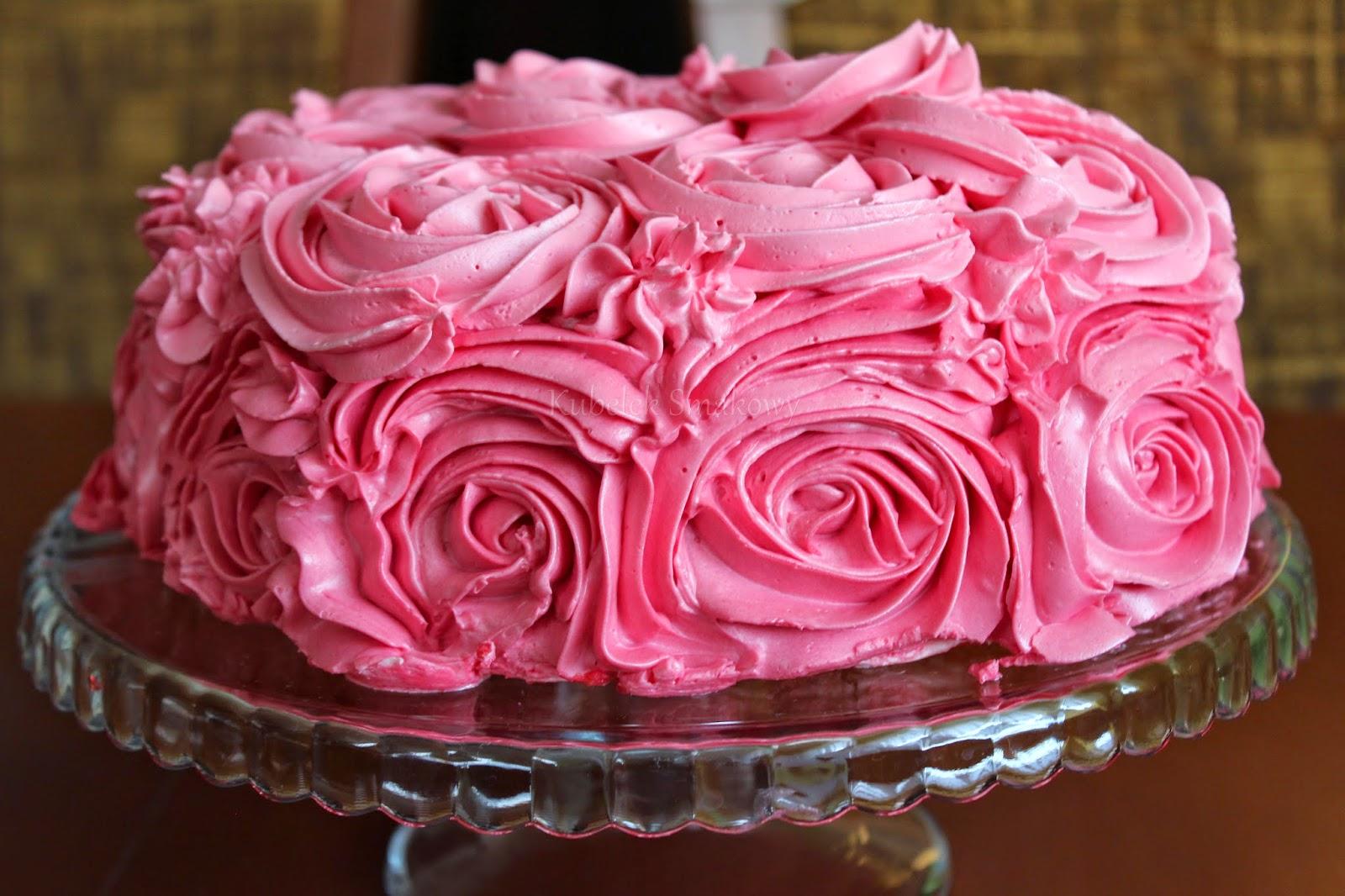 tort udekorowany różami z kremu - przepis
