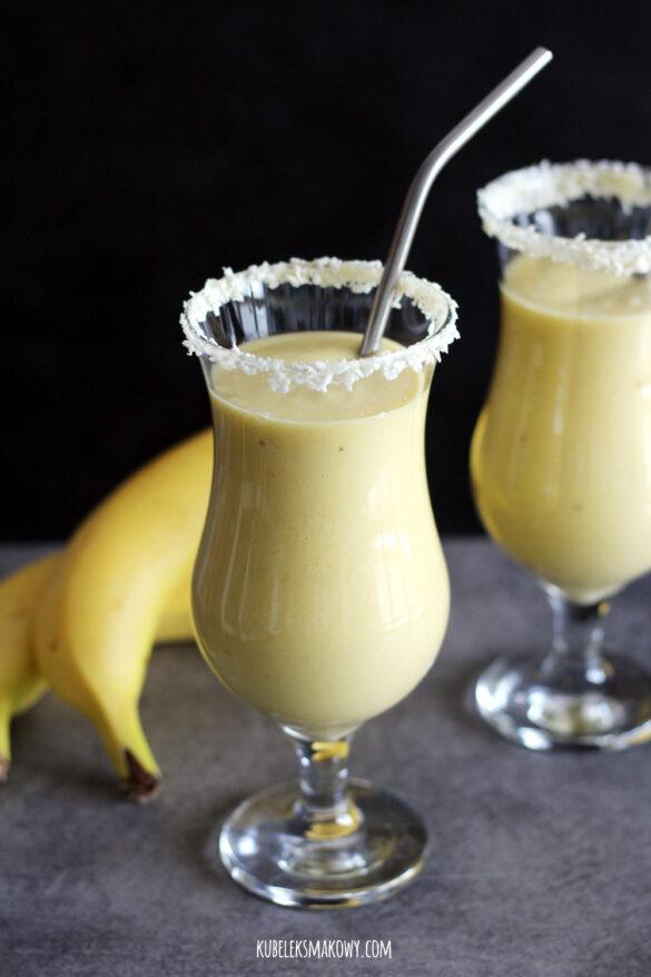 tropikalny, wegański koktajl z mango, bananem i anansem
